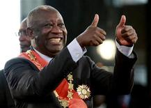 <p>Ivory Coast's President Laurent Gbagbo flashes two thumbs-up during his inauguration at the presidential palace in Abidjan, December 4, 2010. REUTERS/Thierry Gouegnon</p>