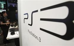 <p>Selon un dirigeant de Sony, le groupe nippon est bien parti pour réaliser son objectif de vendre 15 millions de consoles PlayStation 3 lors de l'exercice en cours, qui sera clos le 31 mars. /Photo prise le 16 septembre 2010/REUTERS/Yuriko Nakao</p>