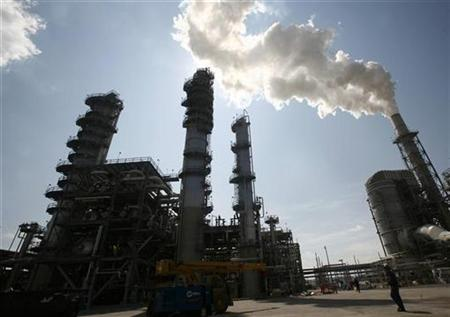 The Valero St. Charles oil refinery is seen during a tour of the refinery in Norco, Louisiana August 15, 2008. REUTERS/Shannon Stapleton
