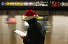"""<p>Мужчина в колпаке Санта-Клауса на станции нью-йоркского метрополитена, 21 декабря 2009 года. У нового """"Тайного Санты"""", который появился в Сент-Луисе, штат Миссури, нет бороды, большого живота, а вместо оленей его, а точнее ее, сопровождает пожарная команда. REUTERS/Finbarr O'Reilly</p>"""