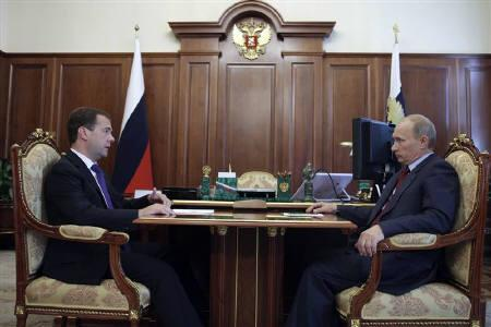 Russia's President Dmitry Medvedev (L) meets with Prime Minister Vladimir Putin in Moscow August 5, 2010.   REUTERS/Ria Novosti/Kremlin/Mikhail Klimentyev/Files