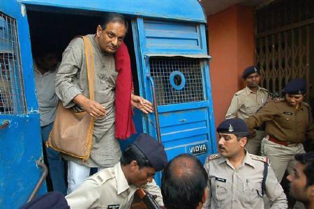 Binayak Sen is brought to a court in the central Indian city of Raipur December 24, 2010. s treating. Sen denies any wrongdoing. REUTERS/Stringer
