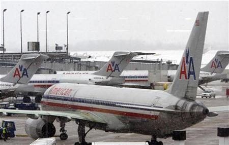 American Airlines jets taxi to and from gates at O'Hare International airport in Chicago, Illinois December 24, 2008. REUTERS/Frank Polich