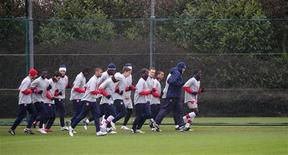 """<p>Игроки """"Арсенала"""" на тренировке в Лондон-Колни 16 февраля 2010 года. """"Арсенал"""" оказался сильнее """"Челси"""" в центральном матче 19-го тура английской Премьер-лиги, вернув себе второе место в турнирной таблице. REUTERS/Kieran Doherty</p>"""