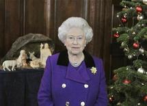 <p>Imagen de archivo de la reina Isabel II de Inglaterra para su saludo navideño en Londres. dic 15 2010. La reina Isabel II del Reino Unido, de 84 años, se convirtió en bisabuela por primera vez luego de que la esposa de su nieto Peter Phillips dio a luz a una niña, informó el jueves el Palacio de Buckingham. REUTERS/John Stillwell/Archivo</p>