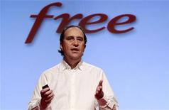 """<p>Xavier Niel, le président et fondateur d'Iliad, la maison-mère de Free. Tous les opérateurs télécoms français répercuteront la hausse de la TVA décidée par l'Etat sur leurs offres incluant la télévision mais certains, dont Free, en profitent pour mettre en avant un """"double play"""", internet et téléphonie fixe, moins cher. /Photo prise le 14 décembre 2010/REUTERS/Jacky Naegelen</p>"""