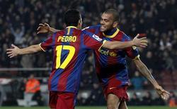 <p>Dani Alves e Pedro Rodriguez, do Barcelona, comemoram um gol contra o Levante no estádio Nou Camp, em Barcelona, 2 de janeiro de 2011. REUTERS/Albert Gea</p>