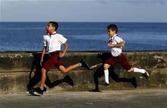 <p>Imagen de archivo de niños en sus uniformes de escuela en El Malecón de La Habana. oct 28 2010. Cuba reportó una tasa de mortalidad infantil en el 2010 de 4,5 niños menores de un año fallecidos por cada 1.000 nacimientos, dijo el lunes la prensa oficial, que destacó que es la más baja en la historia del país y es menor a la registrada en Estados Unidos y Canadá. REUTERS/Enrique De La Osa/Archivo</p>