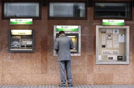 A man uses the auto teller machine in Budapest October 31, 2008. REUTERS/Laszlo Balogh/Files