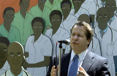 Gene Sperling speaks in a park outside the IMF and World Bank Spring 2006 meetings in Washington, April 20, 2006. REUTERS/Jonathan Ernst