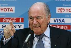 <p>Presidente da Fifa, Joseph Blatter, durante coletiva de imprensa em Abu Dhabi, em dezembro. Blatter criticou o excesso de jogos dos campeonatos locais, postura que poderá colocá-lo em desacordo com os clubes europeus, que reclamaram no ano passado da agenda de jogos. 17/12/2010 REUTERS/Fahad Shadeed/Arquivo</p>