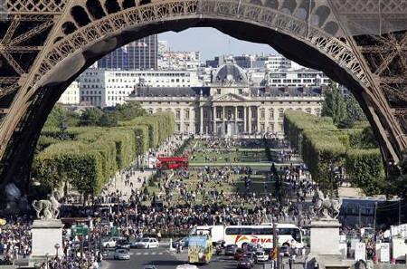 Near Eiffel Tower In Paris August S Luxury Hotels Brace For New Asian Rivals