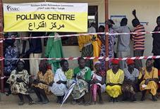 <p>سودانيون جنوبيون ينتظرون للادلاء باصواتهم في الاستفتاء في جوبا يوم الاحد. تصوير: جوران توماسوفيتش - رويترز</p>