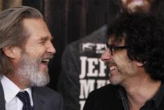 """<p>Foto de archivo del actor Jeff Bridges (I) junto al director Joel Coen (D) en el estreno del filme """"True Grit"""" en Nueva York. Dic 14, 2010. REUTERS/Lucas Jackson</p>"""