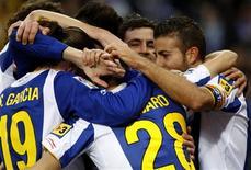 <p>Jogadore do Espanyol comemoram o gol de Alvaro Vazquez contra o Real Zaragoza, no estádio Cornella Prat, em Barcelona, 9 de janeiro de 2011. REUTERS/Gustau Nacarino</p>