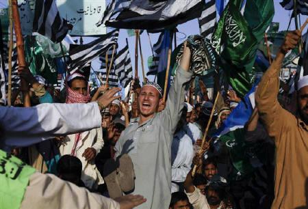 A man shouts slogans while taking part in a rally with thousands of various religious party members who gathered to show support for Pakistan's blasphemy laws in Karachi January 9, 2011.  REUTERS/Akhtar Soomro