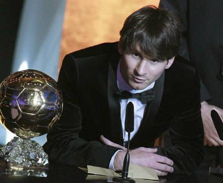 Lionel Messi of Argentina, FIFA World Player of the Year makes a speech as he stands next to his FIFA Ballon d'Or 2010 trophy during the FIFA Ballon d'Or 2010 soccer awards ceremony in Zurich, January 10, 2011.  REUTERS/Arnd Wiegmann