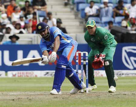 India's Murali Vijay (L) plays a shot as South Africa's AB De Villiers watches during their T20 cricket match at Moses Mabhida Stadium in Durban, January 9, 2011. REUTERS/Rogan Ward