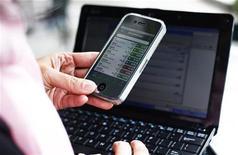 <p>Le nombre d'abonnés à l'internet mobile dans le monde est en voie de dépasser le milliard en 2011, selon l'équipementier télécoms Ericsson, confirmant au passage que l'échange des données constitue désormais le moteur de la croissance du secteur. /Photo prise prise le 7 décembre 2010/REUTERS/Shannon Stapleton</p>
