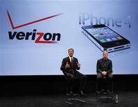 <p>Le directeur général de Verizon Wireless, Dan Mead (à gauche), et Tim Cook, le directeur éxecutif d'Apple, lors de la présentation à New York d'une version de l'iPhone 4 compatible avec les réseaux à la norme CDMA. Le premier opérateur télécoms mobile américain Verizon Wireless va commercialiser ce smartphone le mois prochain, mettant fin à l'exclusivité sur sa distribution détenue depuis 2007 par son concurrent AT&T aux Etats-Unis. /Photo prise le11 janvier 2011/REUTERS/Brendan McDermid</p>