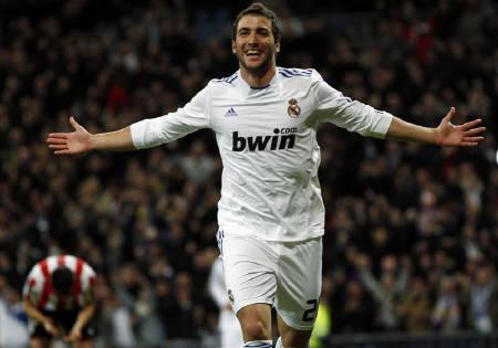Real Madrid's Gonzalo Higuain  in Madrid November 20, 2010.  REUTERS/Sergio Perez/Files