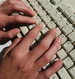 <p>Hadopi, la Haute Autorité chargée de lutter contre le téléchargement illégal, compte passer à la vitesse supérieure en 2011 en envoyant des courriers recommandés aux internautes déjà rappelés à l'ordre et en portant à 10.000 le nombre d'avertissements envoyés par jour. /Photo d'archives/REUTERS</p>