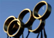 """<p>Скульптура в виде Олимпийских колец перед штаб-квартирой МОК в Лозанне 9 декабря 2009 года. Международный олимпийский комитет (МОК) может отложить проведение этапа Формулы 1 в Сочи в 2014 году, если сочтет, что """"Гран-при"""" помешает подготовке к зимней Олимпиаде. REUTERS/Denis Balibouse</p>"""