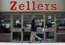 <p>A pedestrian walks past a Zellers store in downtown Ottawa January 13, 2011. U.S. retailer Target Corp on Thursday announced plans to enter the Canadian market, taking over leases for up to 220 Zellers stores owned by storied domestic retailer Hudson's Bay Co. REUTERS/Chris Wattie</p>