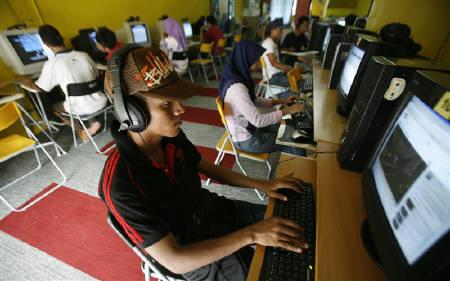 Internet users surf at a cyber cafe in Kuala Lumpur August 7, 2009. Attacks on computer systems now have the potential to cause global catastrophe, but only in combination with another disaster, the Organisation for Economic Cooperation and Development (OECD) said in a report on Monday.REUTERS/Bazuki Muhammad/Files
