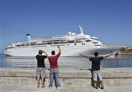 People watch as British cruise ship 'Thomson Dream' enters Havana port January 5, 2011. REUTERS/Stringer (CUBA - Tags: SOCIETY)