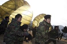 <p>Students holding parachutes, run at a winter boot camp during a photo call at a military unit in Bucheon, west of Seoul January 20, 2011. The boot camp is run by South Korean special forces, who have organised six winter boot camps across the country in January. There are currently 1,200 civilians, including students, participating in the four-day long boot camp. REUTERS/Han Sang-gyun/Yonhap</p>