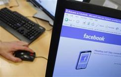<p>Jusqu'ici à la traîne par rapport à leurs voisins européens, les internautes français passent aujourd'hui 4,1 heures par mois en moyenne sur les réseaux sociaux en ligne. Environ 70% d'entre eux utilisent Facebook, numéro un du secteur. /Photo d'archives/REUTERS/Thierry Roge</p>