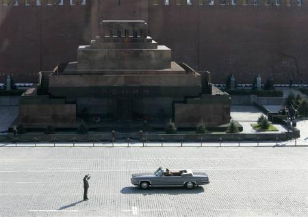 A Russian serviceman takes a picture of Lenin's Mausoleum in Red Square in central Moscow during a military parade training, April 29, 2008.  REUTERS/Mikhail Voskresensky/Files