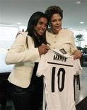 <p>Presidente Dilma Rousseff com a jogadora Marta, no Palácio do Planalto, em Brasília. Dilma recebeu nesta segunda-feira a jogadora Marta e foi convidada pela melhor do mundo nos últimos cinco anos a assistir a uma partida da Copa feminina na Alemanha. 24/01/2011 REUTERS/Stringer</p>