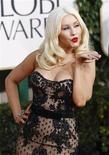<p>Christina Aguilera na cerimônia de entrega dos Globos de Ouro em Beverly Hills. Ela vai cantar o hino nacional dos Estados Unidos no Super Bowl, em 6 de fevereiro, anunciaram na segunda-feira a Fox television e a liga nacional de futebol americano. 16/01/2011 REUTERS/Mario Anzuoni/Arquivo</p>