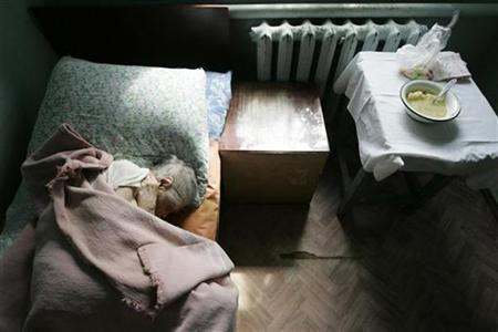 A resident sleeps in a senior citizens' home in Svetlograd, about 100 km (62 miles) from Russia's southern city of Stavropol April 1, 2009. REUTERS/Eduard Korniyenko