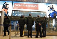 <p>Милиция стоит перед входом в аэропорт Домодедово 25 января 2011 года. Российские аэропорты после гибели 35 человек от взрыва в Домодедово ввели тотальный контроль безопасности на входе в аэровокзалы и предупредили людей, что ожидание на морозе может затянуться. REUTERS/Tatyana Makeyeva</p>