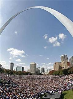 US Democratic presidential nominee Senator Barack Obama (D-IL) speaks at a campaign rally at The Gateway Arch in St. Louis, October 18, 2008. REUTERS/Jim Young
