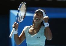 <p>Li Na comemora vitória contra Caroline Wozniacki nas semifinais do Aberto da Austrália, em Melbourne. 27/01/2011 REUTERS/Petar Kujundzic</p>