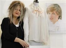 <p>Foto de archivo de la diseñadora Elizabeth Emanuel junto a una blusa de lino que utilizó Diana de Gales para su retrato de compromiso real, Londres, jun 7 2010. Guardias de seguridad, una caja fuerte y pistas falsas son algunas de las tácticas que podría usar la persona que se encargue de diseñar el vestido de novia de Kate Middleton, la futura esposa del príncipe Guillermo de Inglaterra. REUTERS/Luke MacGregor</p>