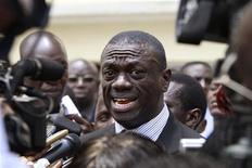 <p>Kizza Besigye, leader of Uganda's main opposition party Forum for Democratic Change, speaks to the media in the capital Kampala October 12, 2010. REUTERS/James Akena</p>