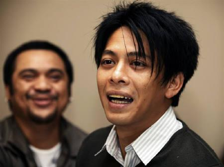Indonesian pop singer Nazril ''Ariel'' Irham (R) is accompanied by a friend as he waits in a temporary detention cell in Bandung of the Indonesia's West Java province January 31, 2011. REUTERS/Enny Nuraheni