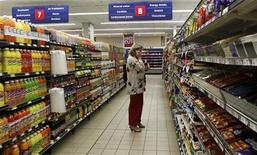 <p>A shopper is seen at a branch of South African retailer Pick n Pay in Johannesburg October 20, 2010. REUTERS/Siphiwe Sibeko</p>