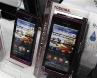 <p>Teléfonos inteligentes de Toshiba en una tienda electrónica en Tokio. ene 31 2011. La japonesa Toshiba Corp aumentó en más del doble su utilidad operativa trimestral gracias a las pujantes ventas de los chips de memoria flash NAND y a la robusta demanda por paneles de LCD para teléfonos inteligentes y computadores tablet. REUTERS/Kim Kyung-Hoon</p>