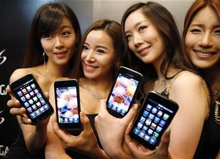 Models pose with the new Samsung Galaxy S Android smartphone during its launch ceremony at the headquarters of Samsung Electronics in Seoul June 8, 2010. REUTERS/Truth Leem