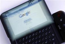 <p>Смартфон T-Mobile G1, работающий на базе ОС Google Android, 20 января 2010 года. Операционная система для смартфонов Google Android оказалась самой популярной в четвертом квартале 2010 года, выиграв первенство у почти 10-летнего лидера рынка - платформы Symbian от финской Nokia. REUTERS/Mike Blake</p>