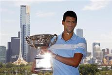 <p>Djokovic, da Sérvia, posa após derrotar Murray, da Grã-Bretanha, na arena Rod Laver. 31/01/2011. REUTERS/Mick Tsikas</p>