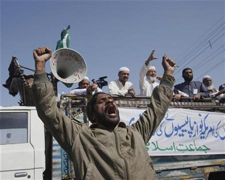 A supporter of Jamaat-e-Islami, a religious and political party, demands the hanging of Raymond Davis, a U.S diplomat accused of killing two Pakistanis, during a protest rally in Karachi January 30, 2011. REUTERS/Akhtar Soomro
