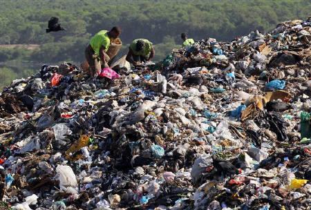 Men collect recyclable materials from Jardim Gramacho landfill, where the documentary Waste Land or ''Lixo Extraordinario'' was filmed, in Rio de Janeiro January 28, 2011. REUTERS/Sergio Moraes