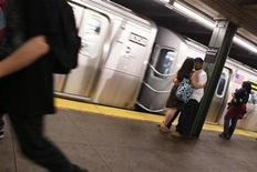 <p>A couple embraces as a subway train arrives in the station in New York May 24, 2010. REUTERS/Lucas Jackson</p>